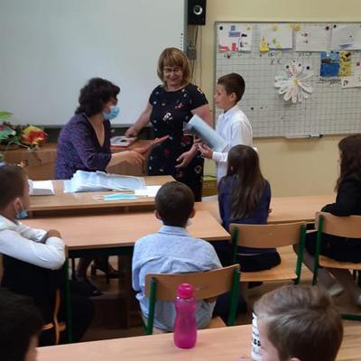 Galeria klasa_3_zegna_sie_ze_szkola_i_cieszy_na_wakacje